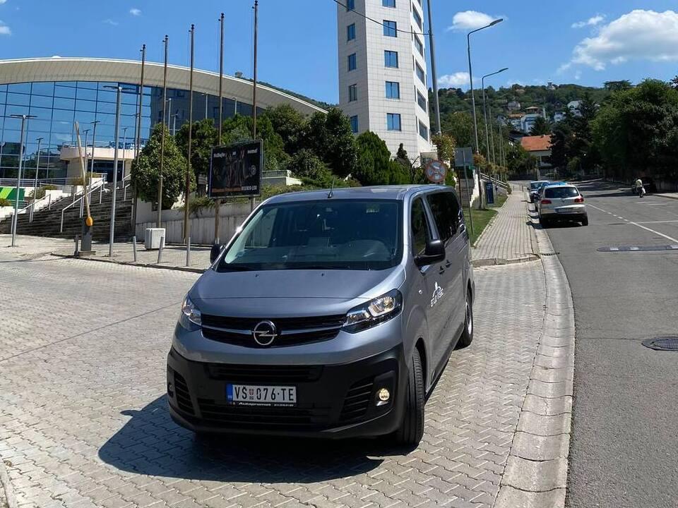 stup-vrsac-autoprevoznik-iznajmljivanje-autobusa-opel-vivaro-prednji-deo-01a